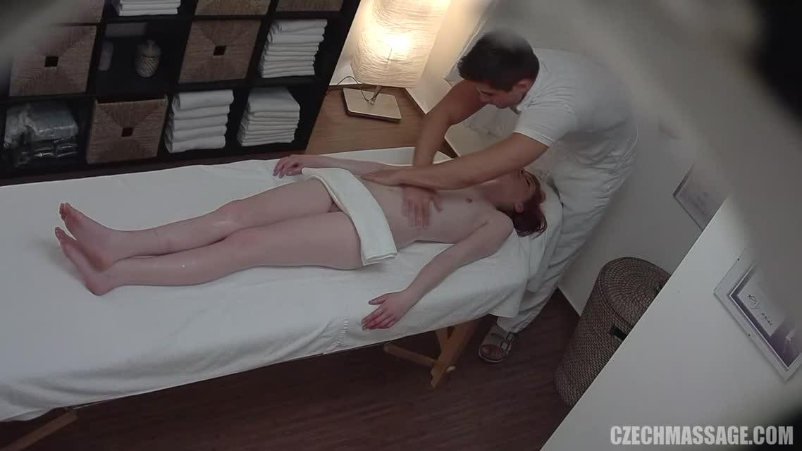 девушка в массажном кабинете фото